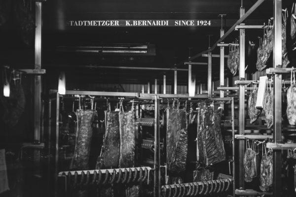 Foto immagine dalla camera di stagionatura della macelleria Bernardi di Brunico