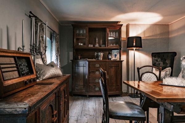 Approfondimenti sul mondo dell'esperienza K.BERNARDI a Brunico, tavolo, armadio antico, cassettiera, cassettone, sedie in legno